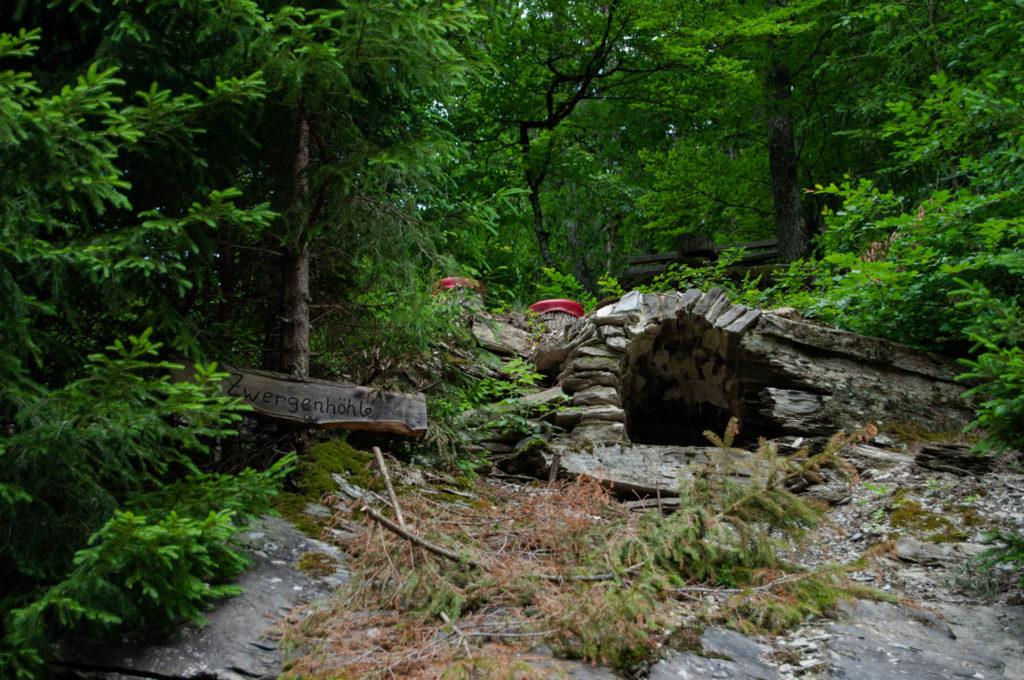 Selbst Zwergenhöhlen befinden sich hier im Wald