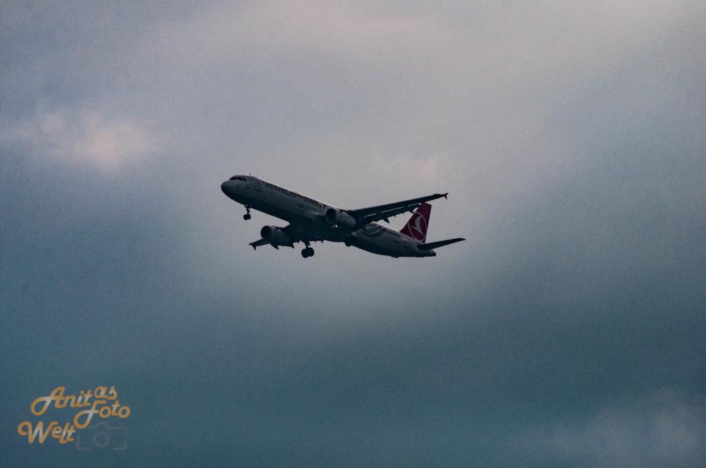 Ein Flugzeug am wolkigen Himmel