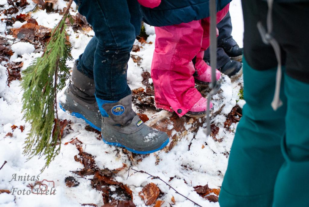 Kleine Füße im Schnee