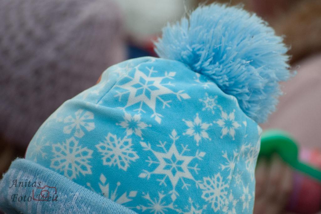 Hellblaue Mütze mit Sternen