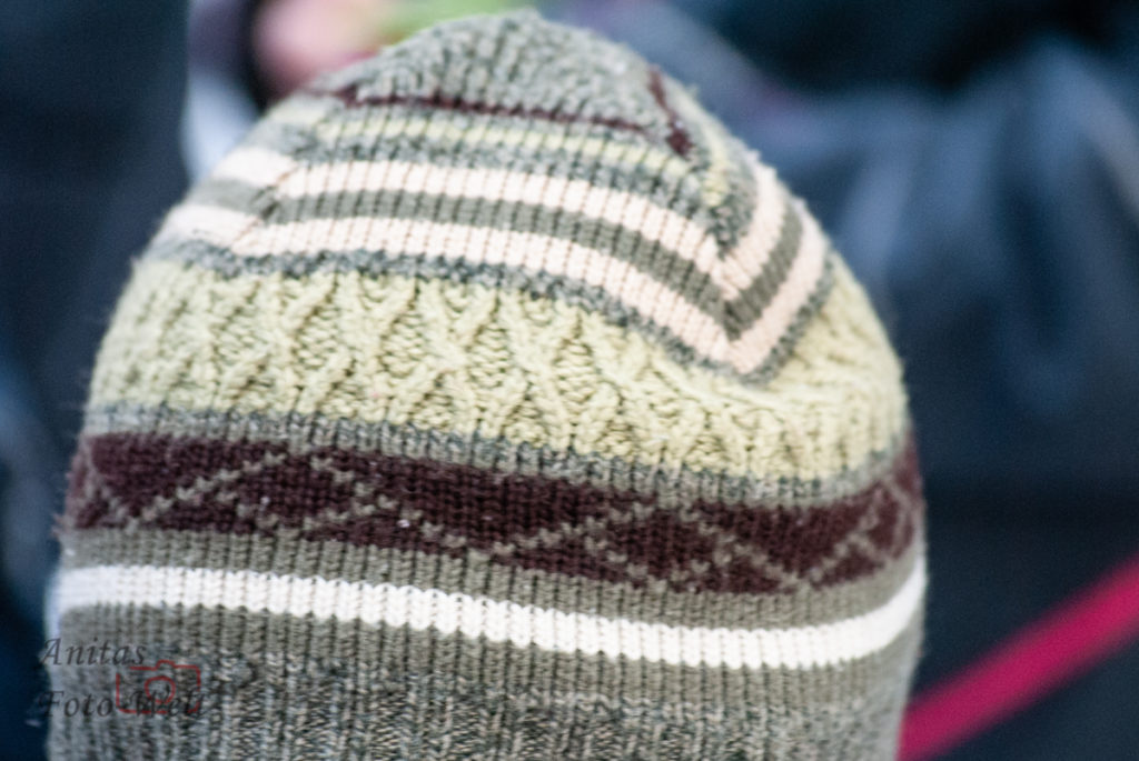 Helle Mütze mit Muster