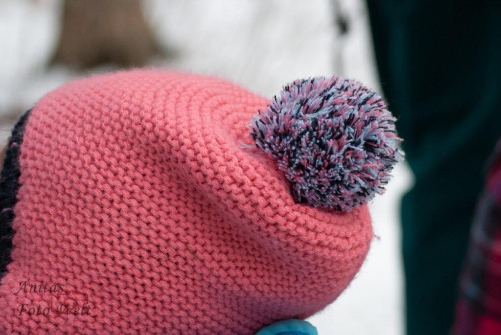 Rosa Mütze mit Bommel